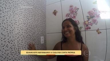 Professora reforma a casa por conta própria - Depois de ser enganada por pedreiros, Edjane decidiu terminar as obras da casa com a ajuda da família