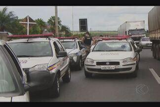 Cinco pessoas são presas por roubo de carro em Uberlândia - Polícia Militar fez bloqueio na BR-050. Uma das pistas ficou interditada.