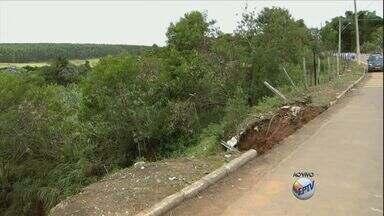 Chuva abre buraco e deixa avenida parcialmente interditada em Alfenas (MG) - Chuva abre buraco e deixa avenida parcialmente interditada em Alfenas (MG)