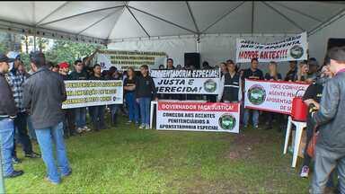 Agentes penitenciários fazem protesto em Curitiba - A concentração foi em frente a Assembleia Legislativa. Eles pedem o aumento no número de vagas para a categoria no Paraná.