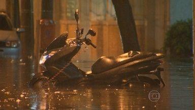 Chuva causa estragos na Zona Sul e Zona Nortedo Rio. - A chuva do início da noite de ontem alagou ruas, derrubou árvores e atrasou a volta pra casa.