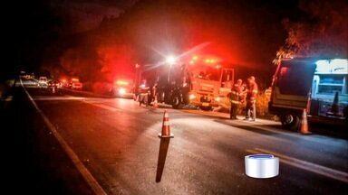 Dois morrem e um fica gravemente ferido em acidente em Cruzeiro - Carro e caminhão bateram de frente.