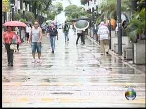 Lélio Ramos mostra a movimentação no Centro mesmo com a chuva - Moradores tentam adaptar a rotina de compromissos ao tempo 'molhado'.