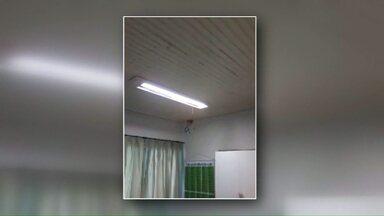 Chuva faz alunos de CMEI em Cascavel serem liberados mais cedo - A água da chuva invadiu pelo menos uma sala de aula. Segundo os pais, o problema é frequente.