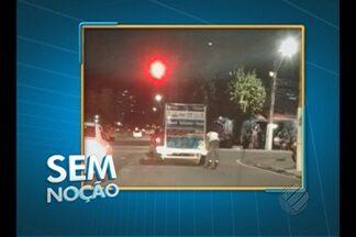 'Sem Noção' flagra patinador pegando carona em caminhão nas ruas de Belém - Imprudente, o jovem se arrisca ao pegar carona em veículo que cruza o sinal vermelho.