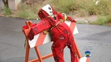 Moradores de Bauru usam a criatividade para sinalizar buracos - Moradores de Bauru (SP) estão usando a criatividade para sinalizar buracos da cidade. Sofá e até a fantasia de um homem aranha denunciam o perigo presente no asfalto.