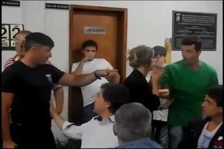 Vereadores de Oliveira voltam atrás e salários serão mantidos - Inicialmente houve pedido de aumento e depois de diminuição do valor. Houve votação na Câmara, que foi marcada por tumulto.