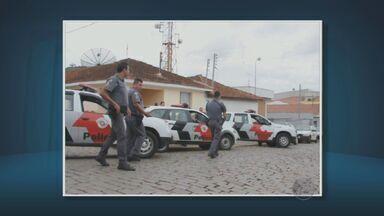 Quadrilha armada com fuzis assalta agencia bancária em Pedra Bela, SP - PM informou que sete homens renderam vigiais e fugiram com dinheiro. Banco Bradesco afirmou que não irá comentar o roubo desta terça-feira.