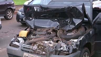 Homem ficou ferido em acidente no Pólo Centro, em Foz - Testemunhas disseram que uma caminhonete de placas paraguaias não conseguiu frear no sinal vermelho.