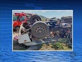 Caminhão tomba e motorista morre preso às ferragens na BR-423 em Saloá - Vítima iria fazer entrega de carga de ração quando o acidente ocorreu.
