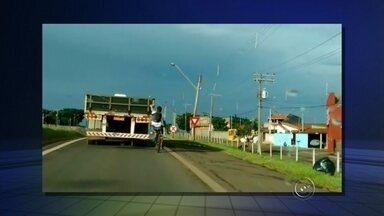 """Ciclista pega 'rabeira' na traseira de caminhão na Raposo Tavares; veja - Um rapaz foi flagrado pegando """"rabeira"""" de bicicleta em um caminhão na Rodovia Raposo Tavares (SP-270) em Tatuí (SP). O registro foi pelo repórter Artur Vergennes, da TV TEM Itapetininga."""