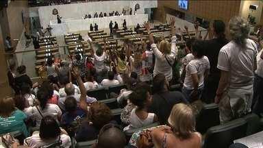 Manifestantes ocupam o plenário da Assembleia Legislativa para pedir uma CPI da merenda - A ocupação foi organizada pela Frente Brasil Popular -- que é formada por representantes de sindicatos, partidos políticos e movimentos sociais que apoiam o governo federal.