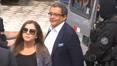 João Santana e Mônica Moura são levados para carceragem da Polícia Federal - Os dois tiveram a prisão decretada na 23ª fase da Operação Lava-Jato. Segundo os investigadores, eles receberam US$7.5 milhões em conta secreta no exterior. Casal estava na República Dominicana.
