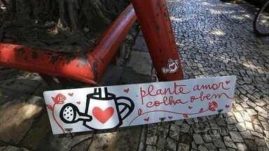 Artistas espalham mensagens pelo Recife para humanizar a cidade - A cidade toda é como uma grande galeria. Artistas fazem desenhos e escrevem mensagens de amor em locais cinzentos do Recife.