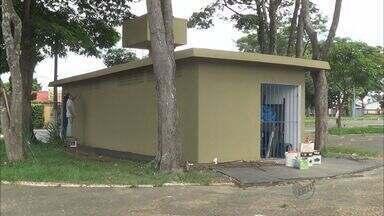 Prefeitura de Franca, SP, conserta banheiros públicos na praça da Capelinha - Área foi limpa e portas, pias, e vidros foram recolocados.