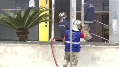 Bandidos tentam explodir caixas eletrônicos em Ibiporã - O atendimento foi suspenso: os assaltantes deixaram explosivos na agência do Banco do Brasil