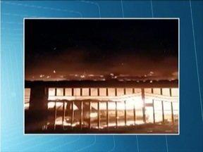 Incêncio destrói casa em Coroaci - Cinco cômodos da residência e carro foram tomados pelas chamas.