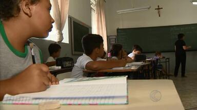Escola em MG ensina alunos o combate ao mosquito da dengue - Professores em São João del Rei ensinam ações de combate ao Aedes aegypt. Crianças levam conhecimentos para as ruas.