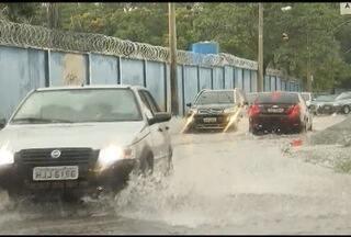 Temporal causa estragos e assusta moradores em Belo Horizonte - Chuva de granizo é registrada na Região da Pampulha.