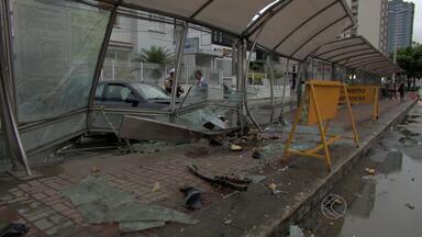 Carro invade ponto de ônibus e deixa pedestres feridos em Juiz de Fora - Acidente aconteceu na Avenida Barão do Rio Branco, no Bairro Bom Pastor.Segundo Pelotão de Trânsito, pelo menos três pessoas ficaram feridas.