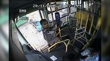 Suspeito de assaltar 17 ônibus em Sorocaba se entrega à polícia - O suspeito de assaltar pelo menos 17 ônibus urbanos em Sorocaba (SP) foi preso. Ele se entregou à polícia.