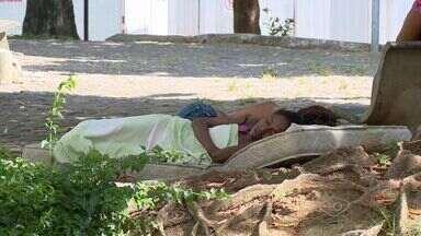 Moradores se preocupam com moradores de rua na praça de Itapoã, em Vila Velha - Muitas pessoas em situação de rua moram na praça.
