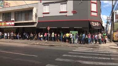 Passageiros formam fila enorme para fazer o novo Metrocard - São diversos pontos de troca por toda a Região Metropolitana de Curitiba
