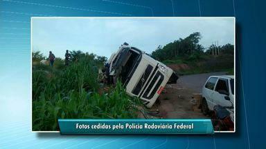 Caminhão tomba na BR-163 em Santarém e condutor fica ferido - Veículo transportava temperos de caixa e peças de trator. Carga foi saqueada por populares.