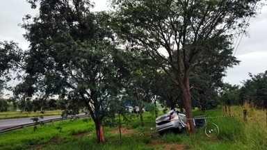 Homem morre após bater carro na traseira de caminhão em Cedral - Um homem morreu após bater o carro que dirigia na traseira de um caminhão na manhã desta terça-feira (1º), na rodovia Washington Luís, em Cedral.