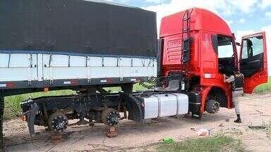 Carreta é abandonada na AL-110, em São Sebastião - Veículo que transportava algoão foi encontrada na manhã desta terça-feira (1).