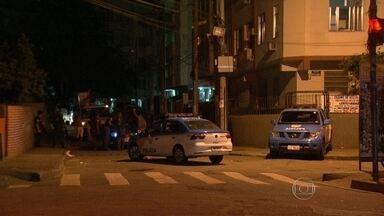 Tiroteio assusta moradores do Morro Dona Marta, em Botafogo - Segundo moradores, o tiroteio aconteceu na parte alta do morro, durante a madrugada desta sexta-feira (4). Eles contaram também que no meio da troca de tiros, a comunidade ficou sem luz.