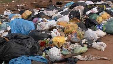 Redação Móvel denuncia problemas na coleta de lixo no Sol Nascente, em Ceilândia - Uma enxurrada, provocada pela chuva, arrastou uma grande quantidade de lixo pelas ruas da cidade. Por causa do desenho de Ceilândia, o caminhão de coleta de lixo não entra em todas as ruas.