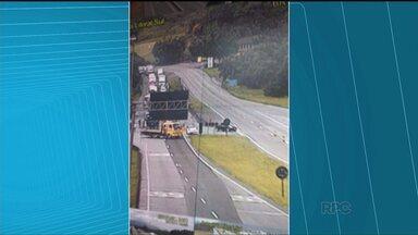 BR-376 está interditada no trecho PR-SC - Interdição é nos dois sentidos, e foi causada pelo acidente com um caminhão que transportava carga inflamável.