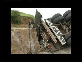 Carreta de blocos de granito tomba na BR - 116 - Acidente ocorreu próximo ao Distrito de Chonin de Baixo, em Valadares.