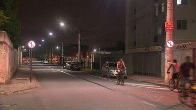 Motoristas não respeitam sinalização de rua em Chacara Parreiral, na Serra, no ES - Rua tinha fluxo dos carros nos dois sentidos e virou mão única, mas motoristas continuam seguindo na contra-mão.