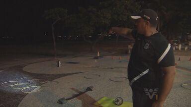 Falta iluminação prejudica moradores em Guarujá, SP - Moradores, que praticam atividades físicas na praia, precisam improvisar para continuar fazendo exercícios