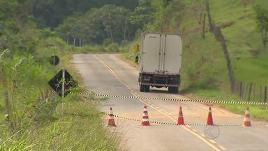 Trecho da MG-126 cede após chuva e é interditado em Rio Novo - Segundo PMR, fissuras também se abriram na pista.Desvio é realizado por estrada vicinal; reparo será feito pelo DER.