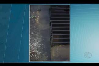 Morador registra vazamento de água no Bairro Tibey, em Uberlândia - Fato foi registrado na Avenida Suíça quase esquina com a Rua Viena.