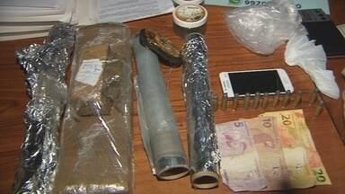 Polícia apreende drogas e arma em área de ponte no distrito da Fazendinha - Uma ação rápida da polícia ontem no fim da tarde, aprendeu drogas numa área de ponte no distrito de Fazendinha.