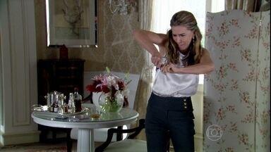 Mike mostra cópia do encontro dele com Nanda e reafirma a chantagem - Nanda fica desesperada e quebra a mídia