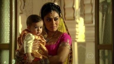 Maya confessa à Kochi que está pensando em contar tudo sobre Bahuan para a família de Raj - A indiana se sente culpada e mãe orienta a não falar nada