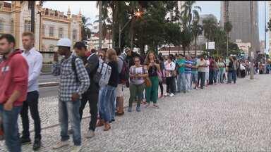 Mil e quinhentas vagas de emprego foram ofertadas em Curitiba - Mais de 6 mil pessoas foram à procura das vagas. Em um ano, foram fechados 82 mil postos de trabalho em todo o estado.