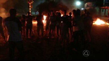JPB2JP: Moradores de Várzea Nova fazem protesto pedindo justiça - Querem que alguém seja responsabilizado pelas mortes em acidente envolvendo ônibus e trem em Santa Rita.