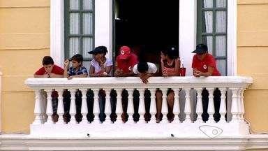 Sede do governo do ES é ocupada pela CUT, MST, MPA e feministas - Funcionamento irregular de escolas em assentamentos é questionado.Grupo aguarda negociação com o governo estadual, no Palácio Anchieta.
