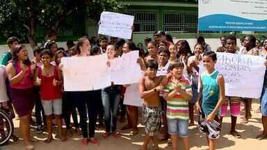 Pais e alunos protestam por melhorias em escola de Fundão - Segundo manifestantes, quatro escolas do município estão precárias.Protesto começou por volta das 6h30 em frente a uma das escolas.