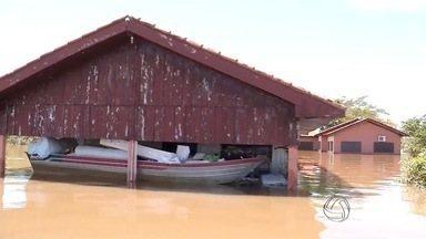 Nível do rio Ivinhema começa a baixar em MS - Mesmo assim, a situação ainda é bastante crítica. Seis famílias de ribeirinhos, que tiveram as casas tomadas pela água, permanecem acampadas no local.