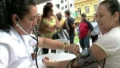 Prefeitura provome ação no Dia Internacional da Mulher em Cachoeiro, no Sul do ES - Palestras e atendimentos na área de saúde foram oferecidos gratuitamente na Praça Jerônimo Monteiro.
