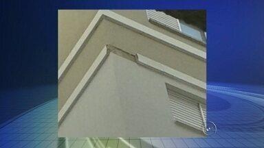 Operário morre depois de pedaço de prédio cair na cabeça dele - Um operário morreu na tarde desta terça-feira (8) depois de sofrer um acidente em um condomínio de prédios no bairro Pedro Perri, em Araçatuba (SP). A vítima, de 32 anos, morreu na hora, segundo o Samu, que atendeu a ocorrência.