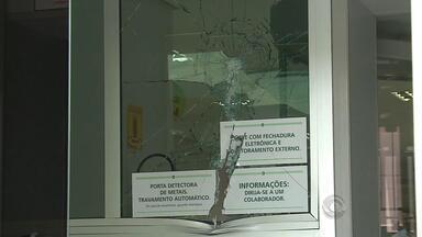 Quatro homens assaltam dois bancos em Barracão, RS - Dois reféns foram levados e depois libertados.
