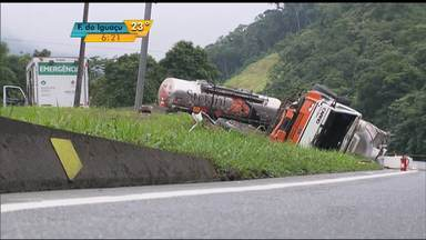Acidente complica o trânsito na BR-376 - A rodovia ficou bloqueada por horas